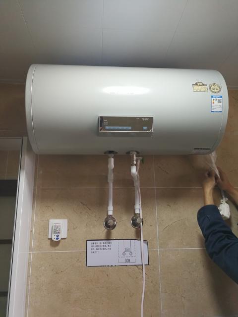热水器,一如既往的好,安装师傅非常专业,挂架安装稳固可靠,水管走线图片