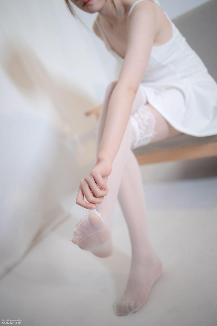 【森萝财团】 森萝财团写真 – JKFUN-044 百圆定制1-5 白色吊带裙 Aika [34P-1V-2.28GB] JKFUN 第2张