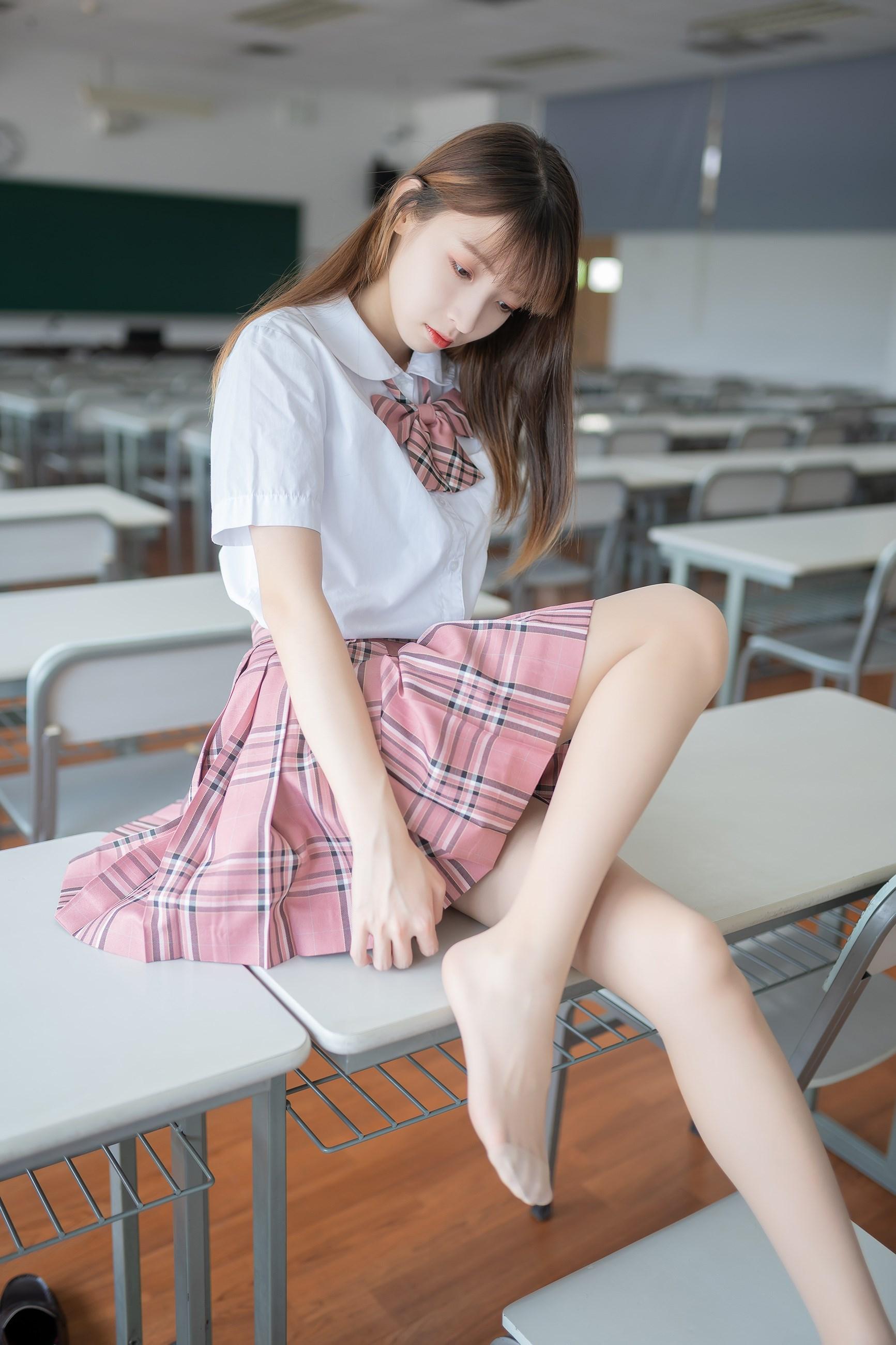 【兔玩映画】粉色格裙少女 兔玩映画 第1张