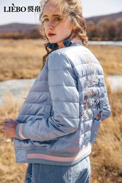 LIEBO裂帛2018冬季新款保暖螺纹拼接刺绣学生时尚女士白鸭绒短款羽绒服51180299